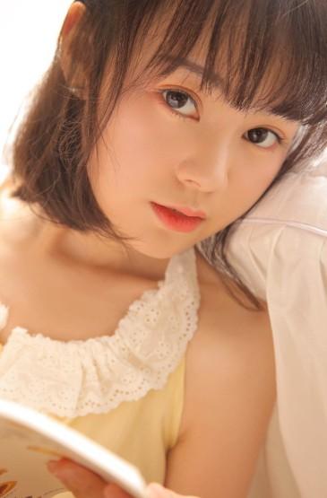 黄色睡衣美女图片高清手机壁纸