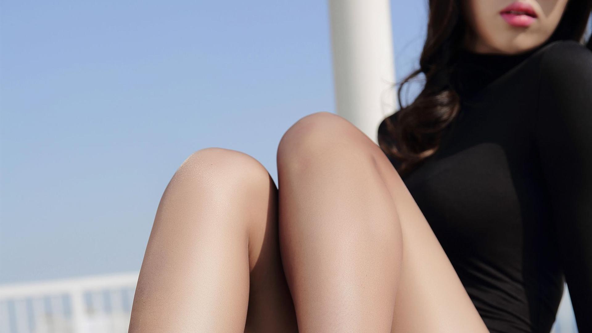 大胸美女魅惑连体内衣写真高清桌面