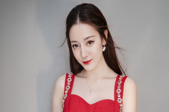迪丽热巴吊带红裙性感写真图片壁纸