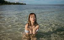 <性感美女高清黑白条纹泳装诱人酥胸写真桌面壁纸