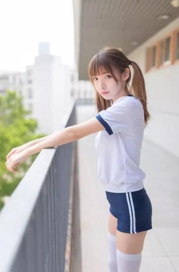 <可爱白嫩美女白丝美腿写真图片