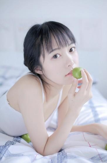 <清新马尾辫美女白皙美腿写真图片
