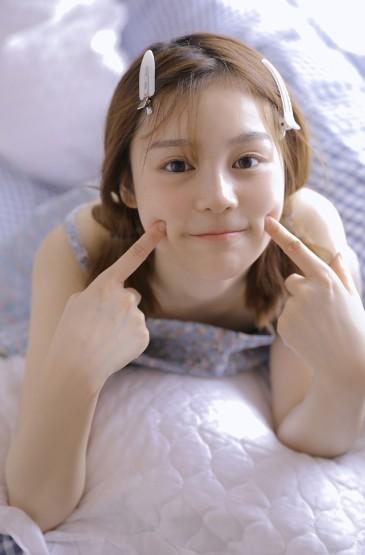 <吊带睡衣裙美女性感撩人写真