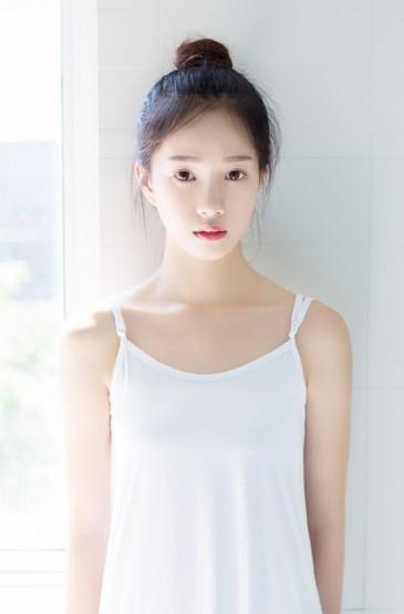 <清纯吊带美女美腿诱惑写真图片