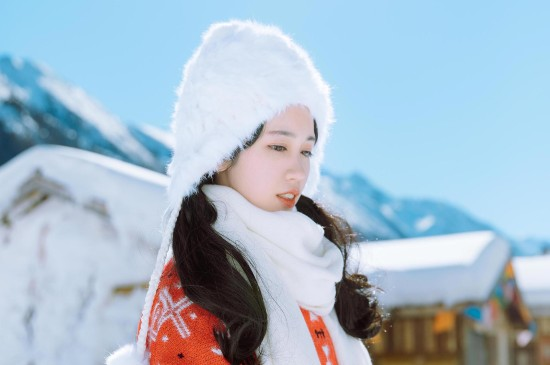 清纯可爱美女雪地写真图片桌面壁纸