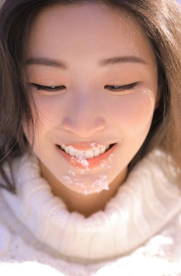 <雪地美女白嫩肌肤性感长发美女图片