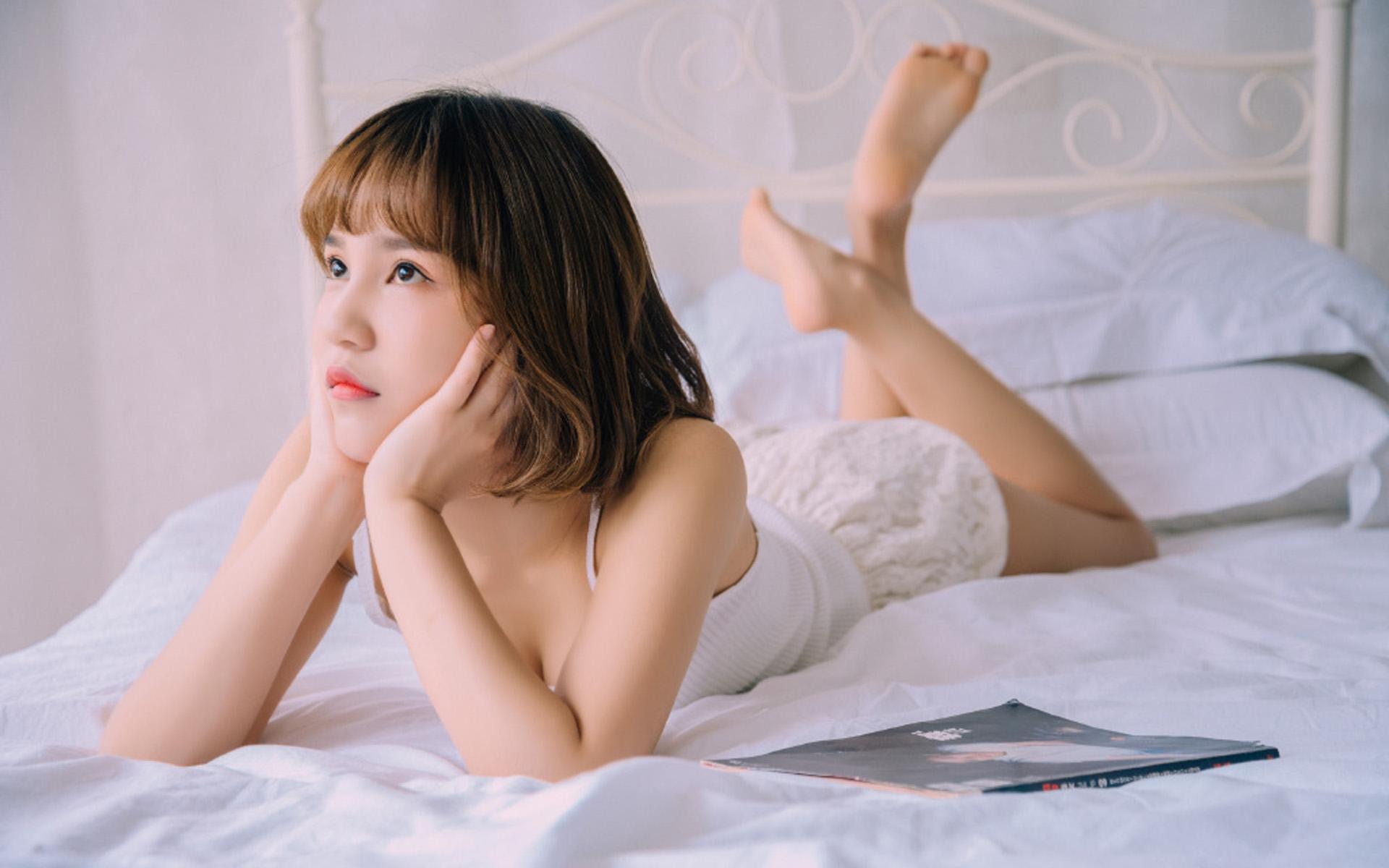 短发美女俏皮慵懒稚嫩写真图片桌面壁纸