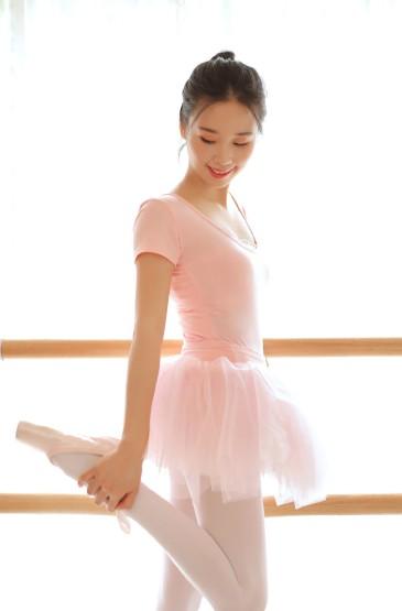 靓丽舞蹈服美女白丝长腿美女图片