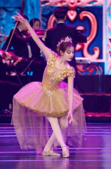 迪丽热巴北京国际电影节舞台照