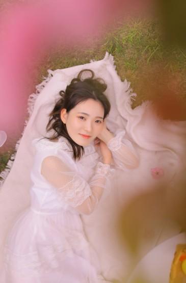 白皙养眼美女蕾丝裙气质写真图片