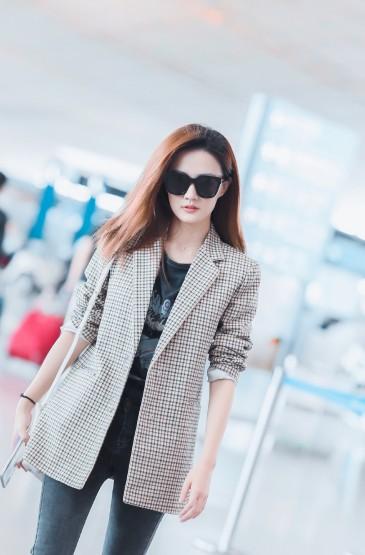 <徐璐酷甜御姐范机场图片