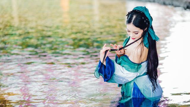 性感丰满的古装美女水中嬉戏迷人写真