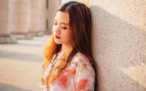 阳光下的长发美女户外迷人写真