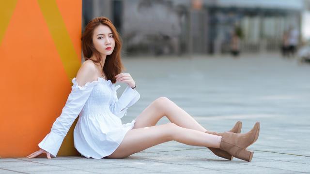 <穿着白色露肩短裙的性感90后小姐姐