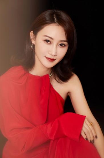 林鹏红裙性感迷人写真图