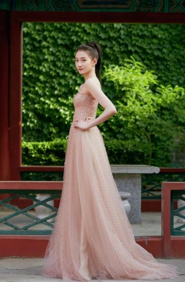关晓彤裸色纱裙甜美写真
