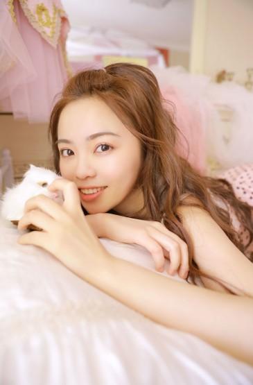 <甜美少女性感吊带睡衣写真图片
