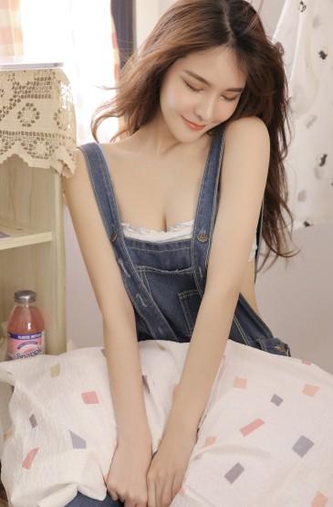 <背带裤长发美女手机壁纸图片