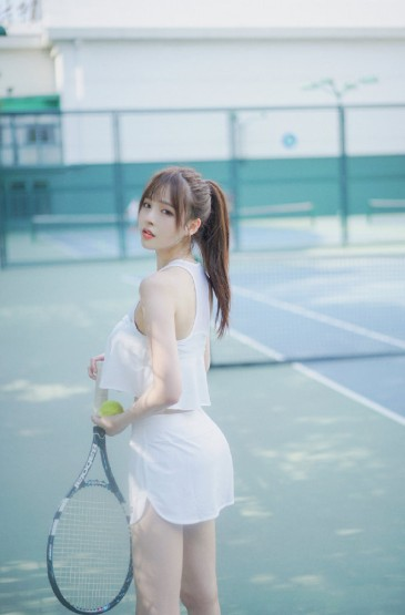 白皙性感网球美女夏日清凉球场写真图片
