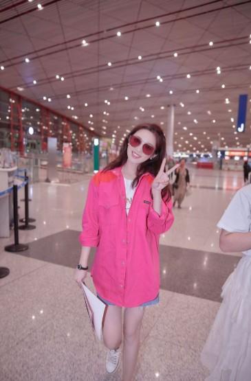 <彭小苒粉甜性感机场街拍图片
