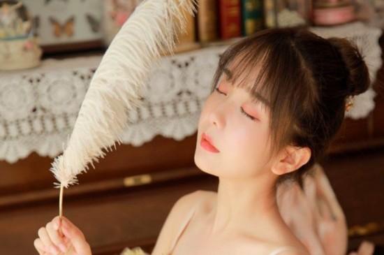 <清纯吊带美女香嫩玉肩私房迷人写真图片