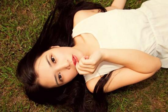<清纯嫩白长发少女白裙户外艺术照仿佛白雪公主写真