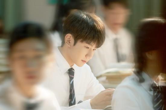 王源帅气青春校园写真桌面壁纸