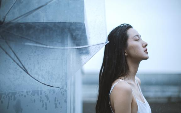 长发美女雨中性感写真