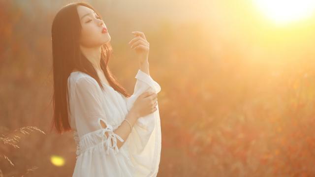 夕阳下美丽性感的白衣美