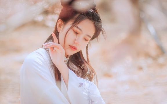 櫻花樹下的白衣古裝美女