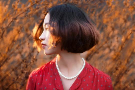 美丽迷人的短发女孩