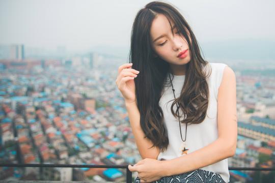 天台上的长发女孩性感迷