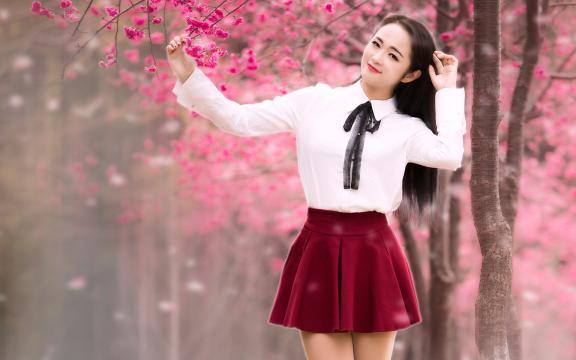 唯美樱花树下制服美女气