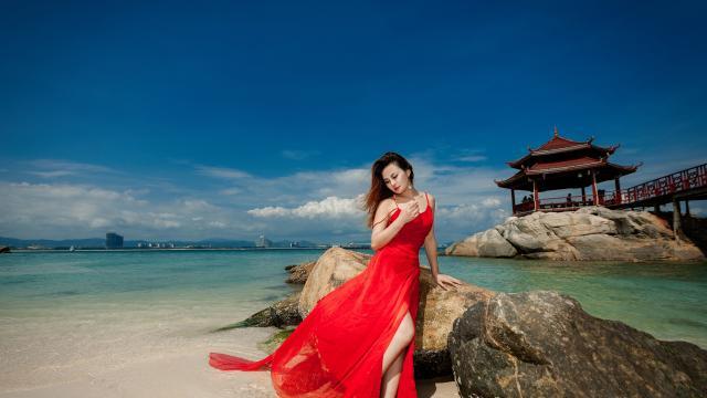美艳丰满的性感美女红色长裙写真