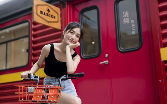 清纯阳光的单车女孩