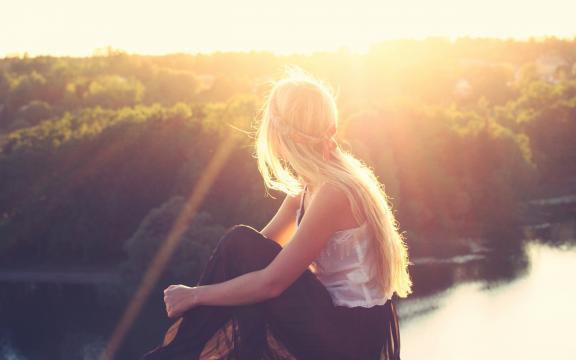 漫步在夕阳下的气质美女写真