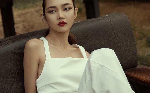 <时尚高冷的美女模特迷人写真