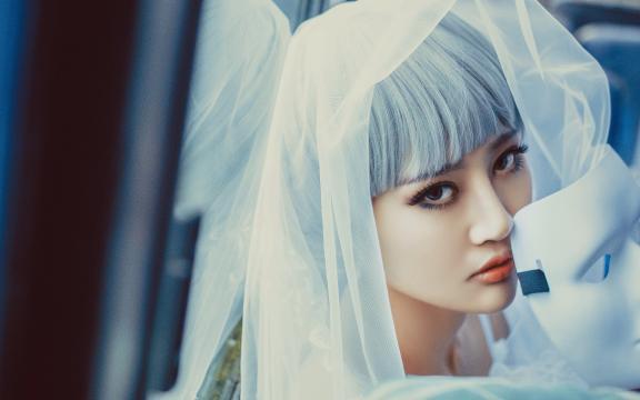 <短发冷艳的白色婚纱美女