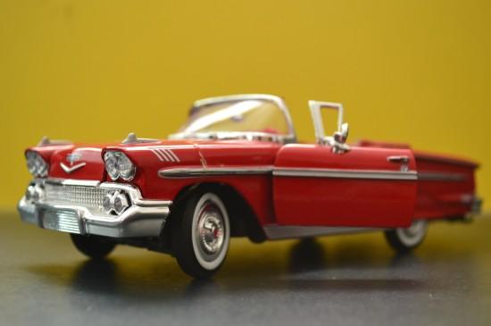 红色复古汽车模型图片桌面壁纸