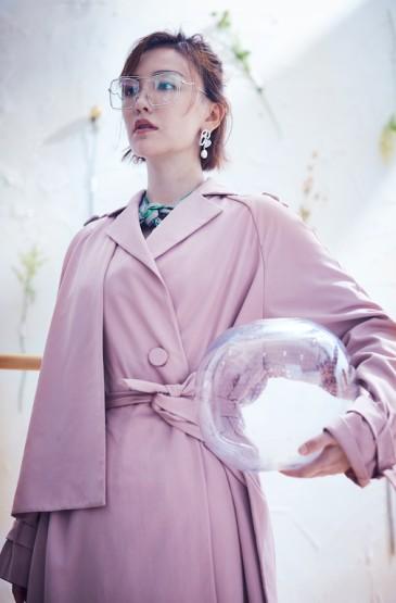 吕佳容粉色风衣性感气质写真