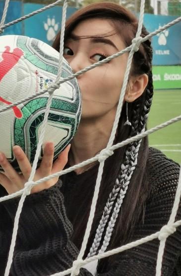 张天爱足球运动风写真图