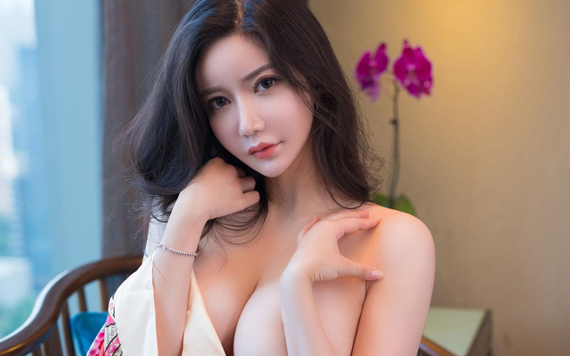 波霸大胸巨乳美女性感挤爆双乳骚艳写真桌面壁纸