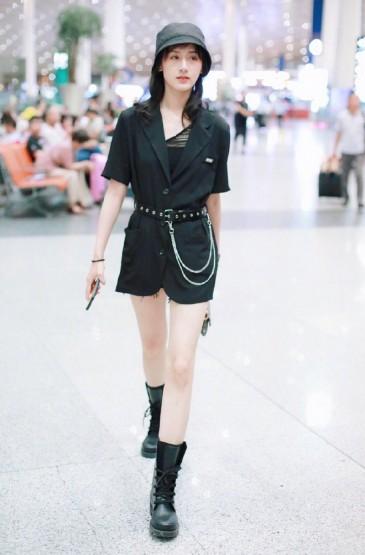 袁冰妍休闲率性机场照图片