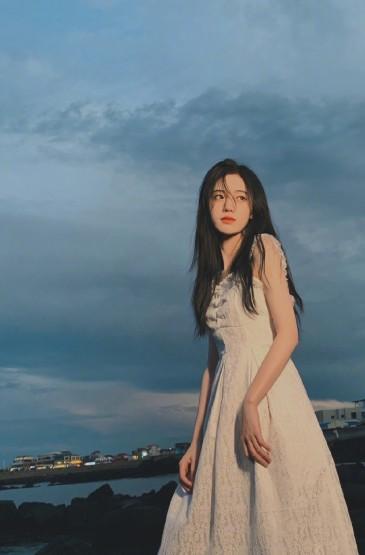 <鞠婧祎俏皮甜美海边自拍照图片
