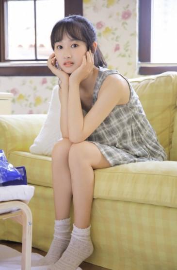 <吊带裙美女白皙清纯私房写真图片