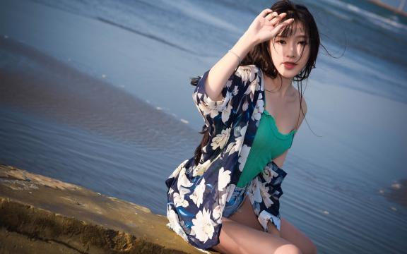 吊带热裤美少女海边性感