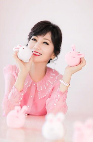 赵雅芝粉色雪纺衬衫气质