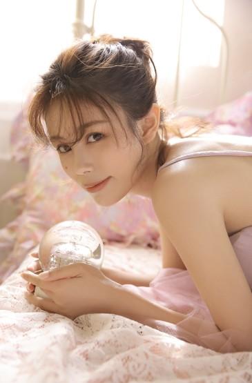 <文艺吊带裙美女性感写真图片