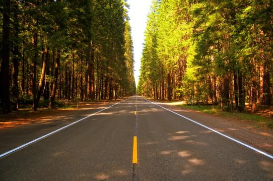 平坦宽阔的公路风景桌面壁纸