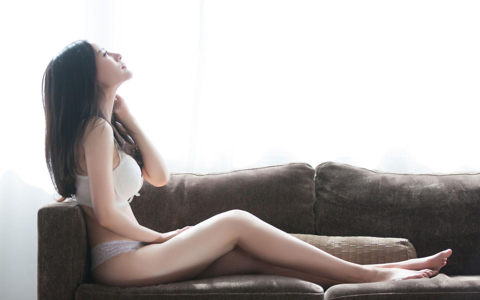 大胸巨乳美女性感人体艺术写真
